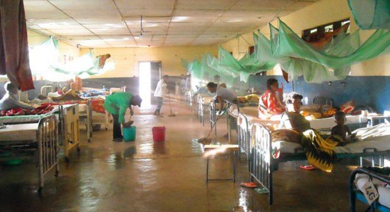 Im früheren Missionskrankenhaus von Ejeda fehlt es an nahezu allem, etwa an sterilen Handschuhen, die immer wieder von Blut gereinigt und resterilisiert werden, bis sie für eine Wiederverwendung endgültig zu groß geworden sind. Fotos: Julius Emmrich