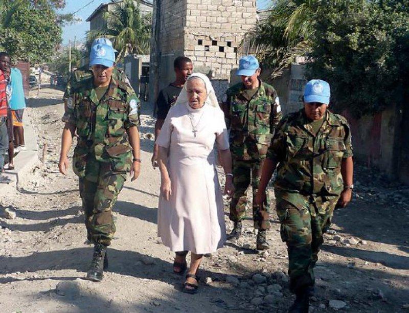 Schwieriges Nebeneinander – Zivile Helfer müssen sich vom Militär abgrenzen, sonst leidet ihre Unabhängigkeit. Fotos: Christa-Maria Kitz