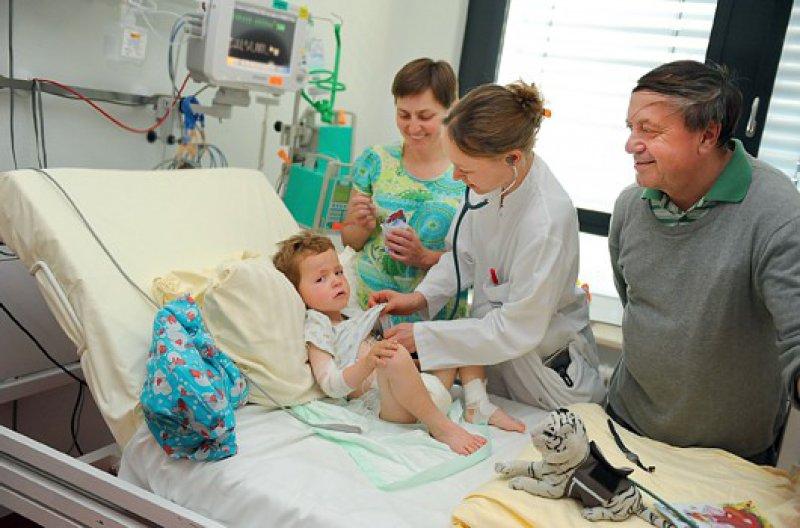 Ein menschlicher Umgang ist für die kranken Kinder und ihre Eltern wichtig. Bei diesem Dreijährigen wurde Diabetes festgestellt. Fotos: Franz Möller