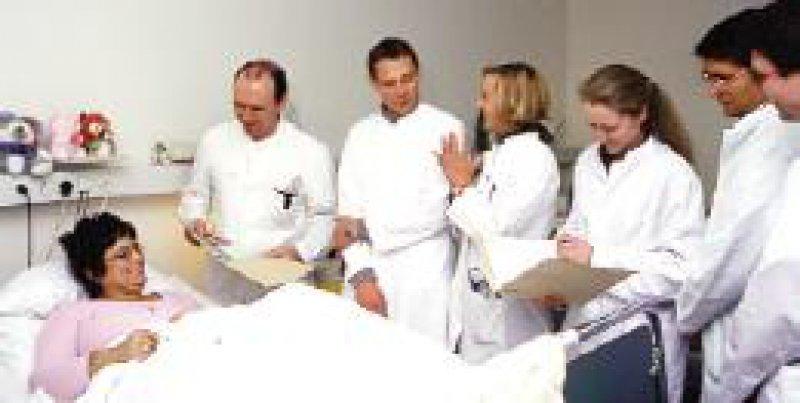 Ärzte im Praktikum verrichten Arbeiten wie Assistenzärzte und sollten entsprechend entlohnt werden. Foto: Peter Wirtz