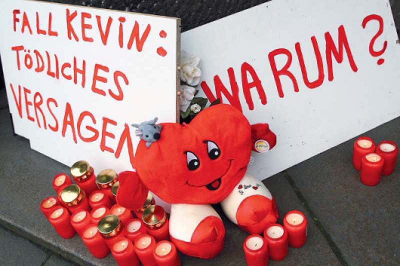 Vor dem Landgericht Bremen: Prozessauftakt gegen den drogenabhängigen Ziehvater des zweijährigen Kevin, der im Oktober 2006 tot im Kühlschrank gefunden wurde. Foto: dapd
