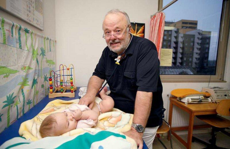 """""""Ruck, zuck geht hier gar nichts."""" Detlev Geiß nimmt sich viel Zeit für seine kleinen Patienten. Fotos: JOSCHWARTZ.COM"""