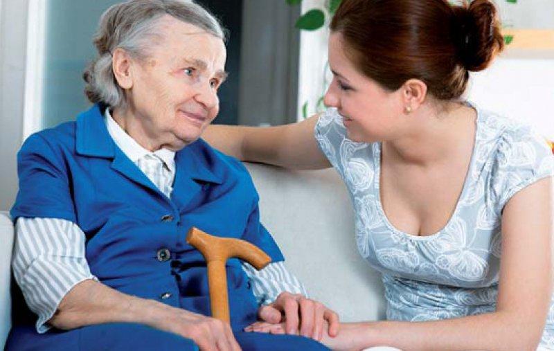 Im Pflegealltag überschätzen viele Angehörige ihre Kräfte – Burn-out und Erschöpfung können die Folgen sein. Foto: Fotolia