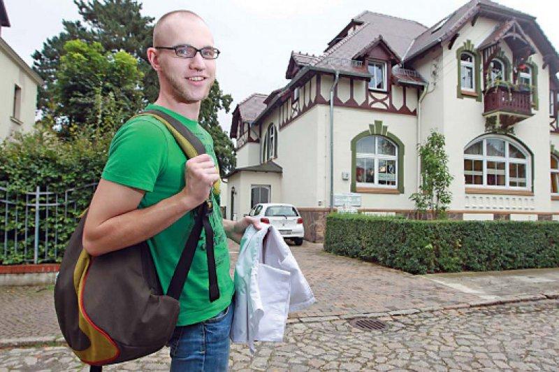 Einer von 36: Medizinstudent Marcus Meißner auf dem Weg zu seiner Patenpraxis. Fotos: Anja Jungnickel
