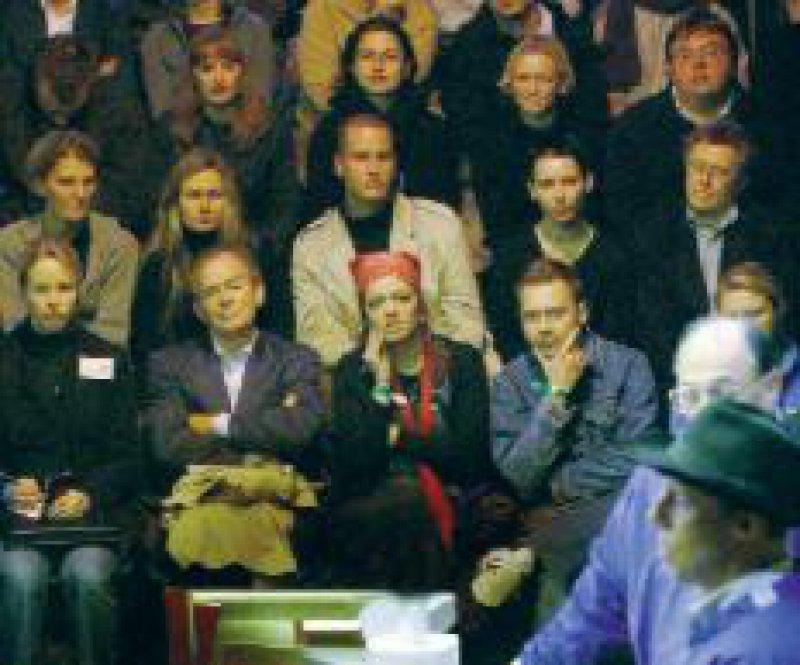 Vor zahlendem Publikum seziert Gunther von Hagens (unten rechts) die Leiche eines Mannes. Foto: dpa
