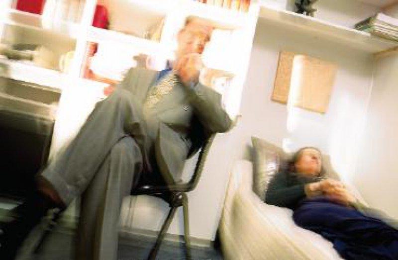 Sich dem Therapeuten vorbehaltlos anzuvertrauen ist in der Psychotherapie notwendig. Daraus entwickelt sich eine besondere Abhängigkeit und Verletzbarkeit, die nicht missbraucht werden darf. Foto: Superbild