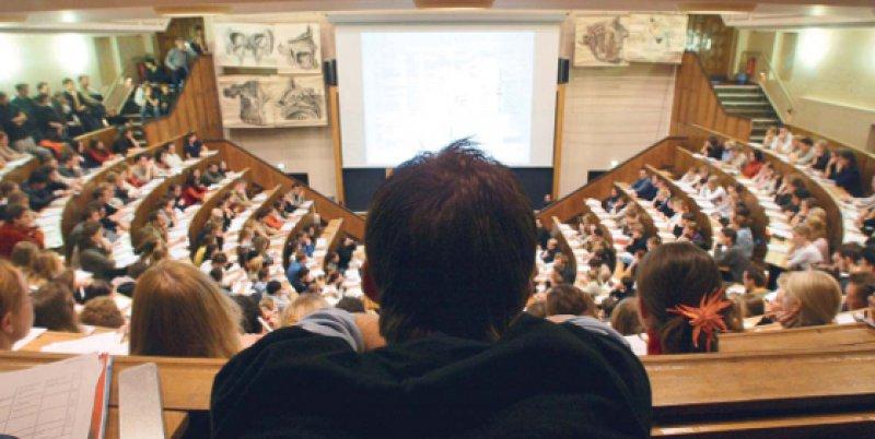 Begehrte Plätze: Wer bei der Studienplatzvergabe leer ausgeht, sucht oft Hilfe beim Rechtsanwalt. Foto: dapd