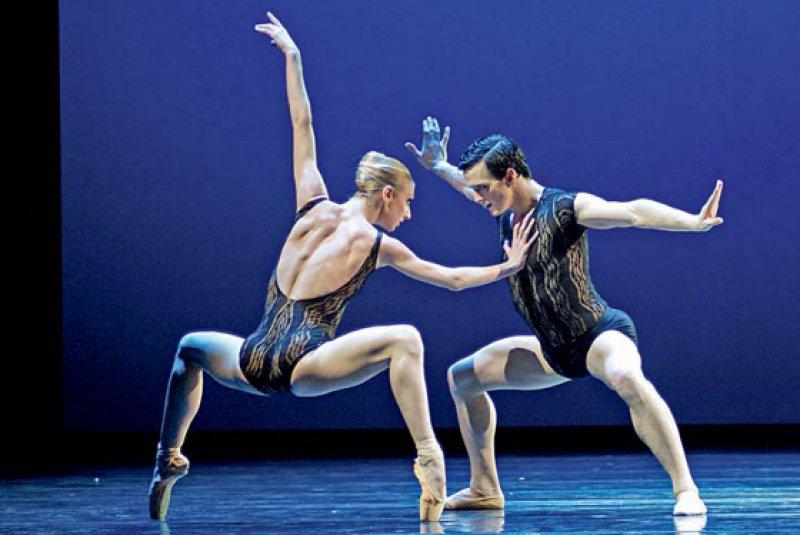 Die Bewegungselemente des professionellen Tanzes liegen oft jenseits der  Alltagsbewegungen. Foto: Jörg Mannes, Staatsoper Hannover