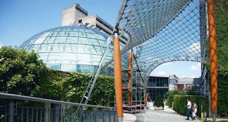 Verworrene Verhältnisse – bei Rhön darf jetzt die Konkurrenz mitreden. Das Eingangsportal des Rhön-Klinikums in Herschfeld. Foto: dapd