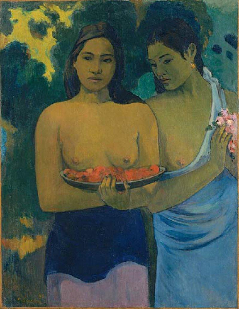 """Paul Gauguin: """"Deux Femmes Tahitiennes"""", 1899, Öl auf Leinwand, 94 × 72,4 cm: Gelassen, in sich gekehrt, unergründlich wirken die beiden jungen Frauen, die der symbolistische Maler gegen Ende seines Lebens auf Tahiti porträtierte. Vor der entblößten Brust tragen sie Früchte und Blumen, offenbar als Opfergaben einer religiösen Zeremonie. Mit ihren modellierten Körpern, ihrer bronzefarbenen Haut und ausdrucksvollen Mimik und Gestik verkörpern sie Gauguins Ideal exotischer Schönheit und mystischer Weiblichkeit. © 2012, The Metropolitan Museum of Art/Art Resource/Scala, Florence"""