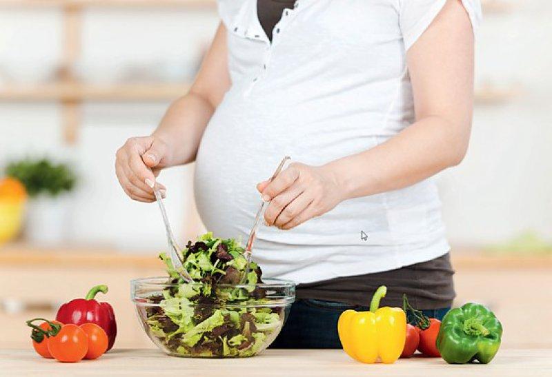 Der Bedarf an Vitaminen und Mineralstoffen steigt in den letzten Monaten der Schwangerschaft stärker als der Energiebedarf. Foto: Fotolia contrastwerkstatt