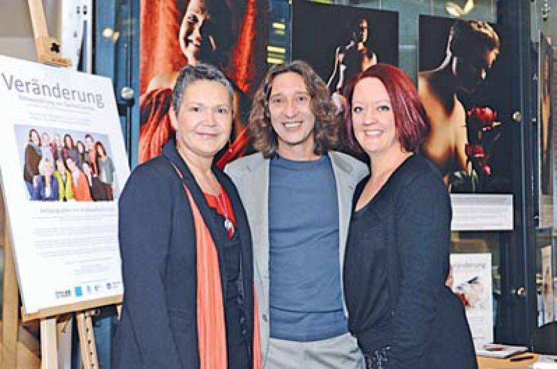 """Projektteam """"Veränderung"""": Initiatorin Melanie Gehring-Decker (rechts), Mitinitiatorin Anne-Heike Maretzke (links) und Fotograf Gerhard Zerbes (Mitte) Foto: Alena Zerbes"""