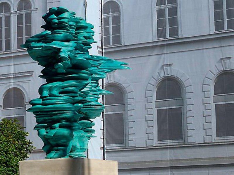 Die Firma Bayer hat die Skulptur von Tony Cragg anlässlich ihres 150-jährigen Firmenjubiläums der Stadt Wuppertal geschenkt. Foto: Johannes Vesper