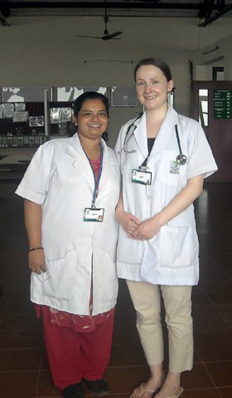 Teamwork: Theresa Volz arbeitete im Yenepoya Medical College Hospital eng mit Leena Pramod zusammen. Fotos: privat