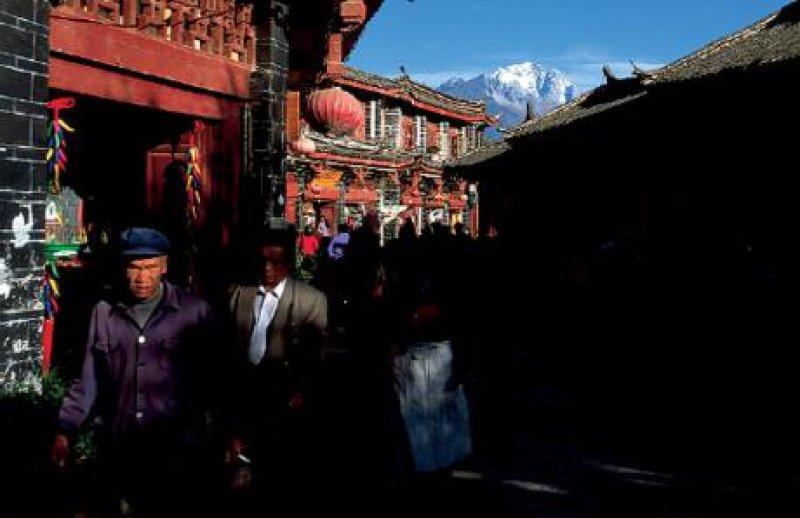 Über den verwinkelten Gassen der Altstadt von Lijiang leuchten – wie der silberne Rücken eines Drachens – die Gletscher des Jadedrachenbergs.