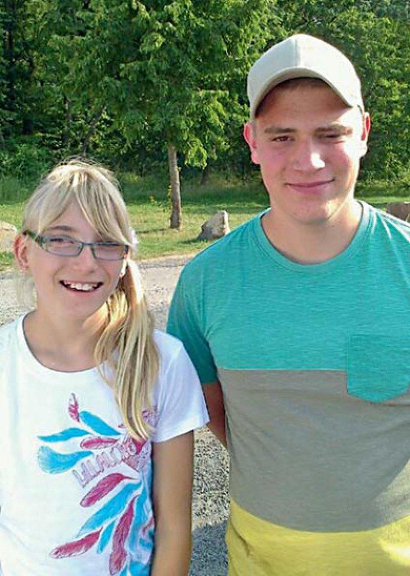 Deutlich erkennbar sind die Dysmorphien bei dem 15-jährigen Mädchen, weniger ausgeprägt sind sie bei dem 20-jährigen Mann. Beide haben das Vollbild FAS. Foto: FASD Deutschland