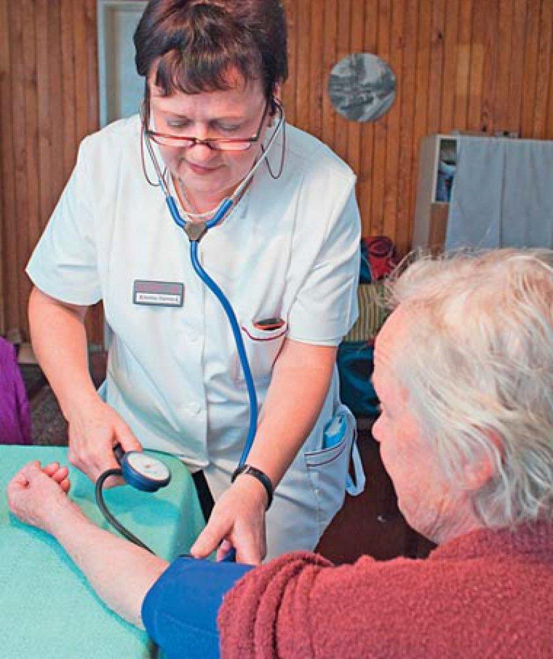 Kontrolle in Ruhe: Niedergelassene Ärztinnen und Ärzte schätzen die Entlastung beim Hausbesuch durch eine speziell qualifizierte Praxisangestellte, die sich oft mehr Zeit nehmen kann als sie. Foto: dpa