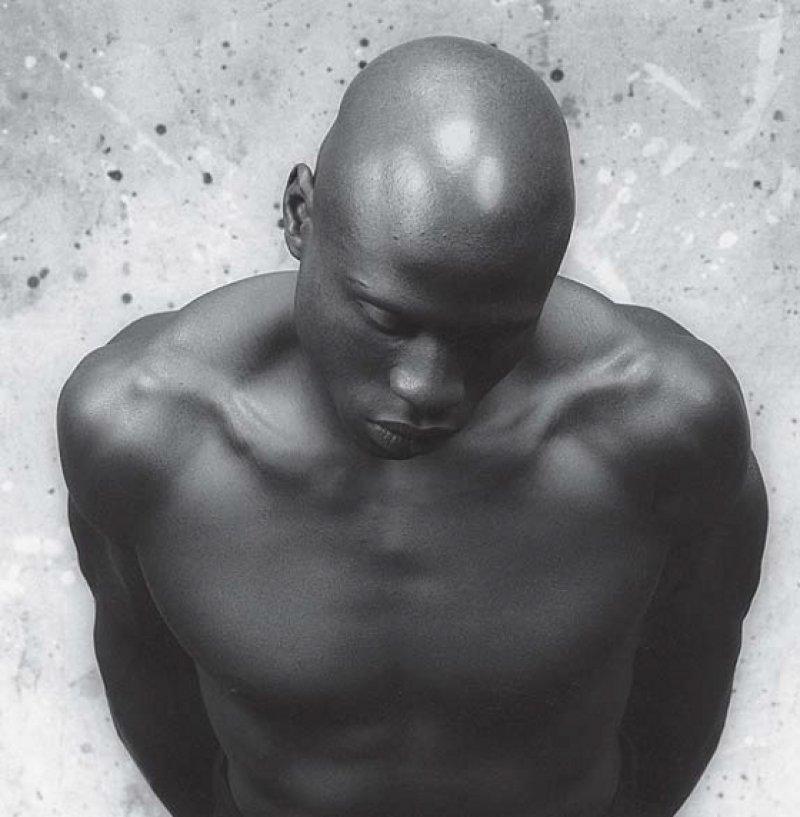 """Robert Mapplethorpe: """"Ken Moody"""", 1983, Gelantinesilberdruck, 50,8 × 40,6 cm: Sein vornüber gebeugter muskulöser Körper erinnert an eine antike Skulptur, die Haut glänzt wie polierter schwarzer Marmor. Den Afroamerikaner Ken Moody fotografierte Mapplethorpe in typisch reduzierter, schwarz-weißer Kühle. Foto: Robert Mapplethorpe Foundation. Reproduktion mit Genehmigung"""