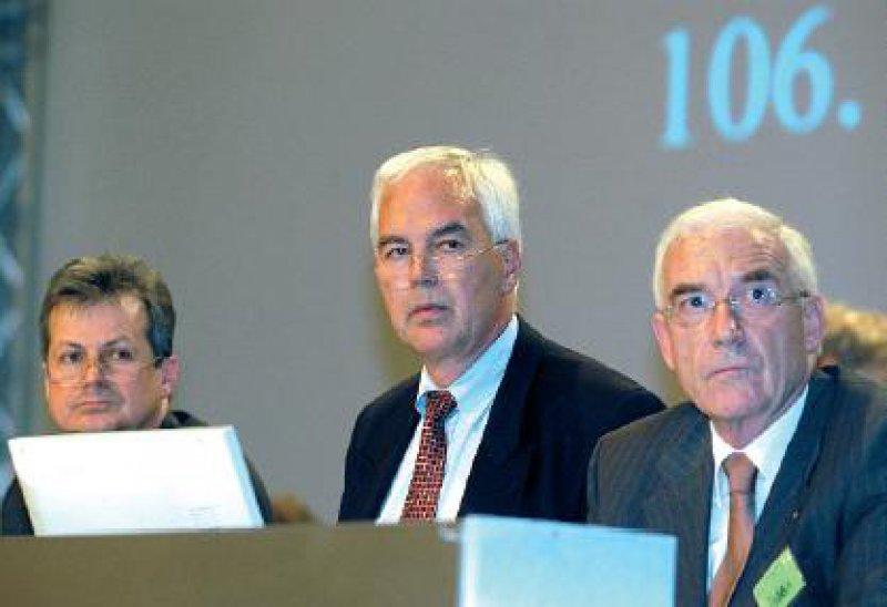 """Das Geschäftsjahr 2001/2002 der Bundesärztekammer verlief in geordneten Bahnen. Auf dem Podium die Berichterstatter zum Tagesordnungspunkt """"Finanzen"""" (v. l. n. r.): Rainer Raabe, Finanzdezernent der Bundesärztekammer, Christoph Fuchs, Joachim Koch"""