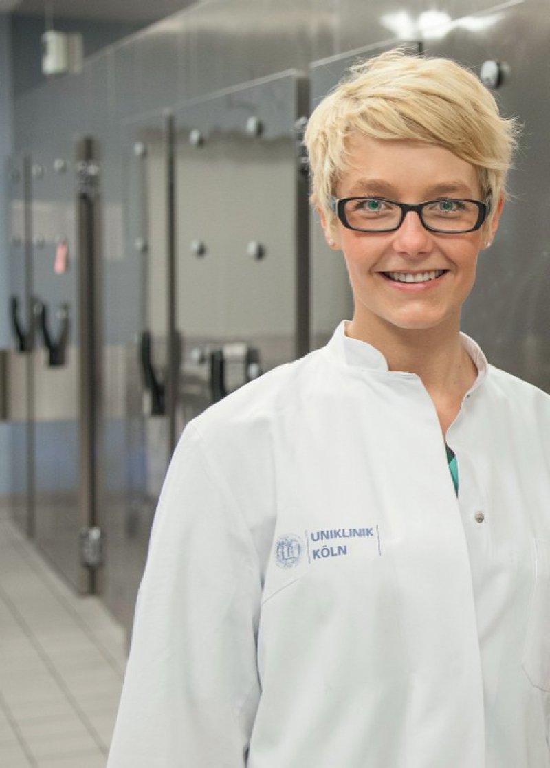 """""""Es ist ja nicht so, dass wir nur im Keller sind und obduzieren."""" Assistenzärztin Judith Cortis arbeitet seit fast zwei Jahren in der Kölner Rechtsmedizin und findet die Arbeit vielseitig."""