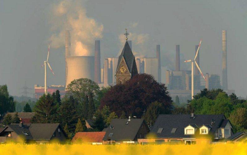 Braunkohlekraftwerk und Windräder nahe des rheinischen Kirchtroisdorf: Energie gibt es nicht ohne Energiegewinnung.