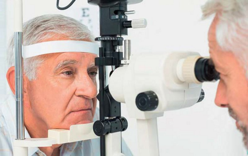 Augenärztliche Untersuchung: Das Risiko einer Augenerkrankung steigt mit zunehmendem Alter. Foto: Fotolia/WavebreakMediaMicro