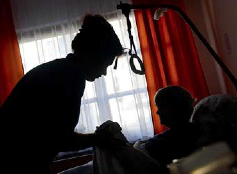 www.pflegegewalt.de: Gewalt in der Pflege ist oft die Folge von Überlastung und Überforderung. Ein persönlicher Notfallplan kann hilfreich sein. Foto: dpa