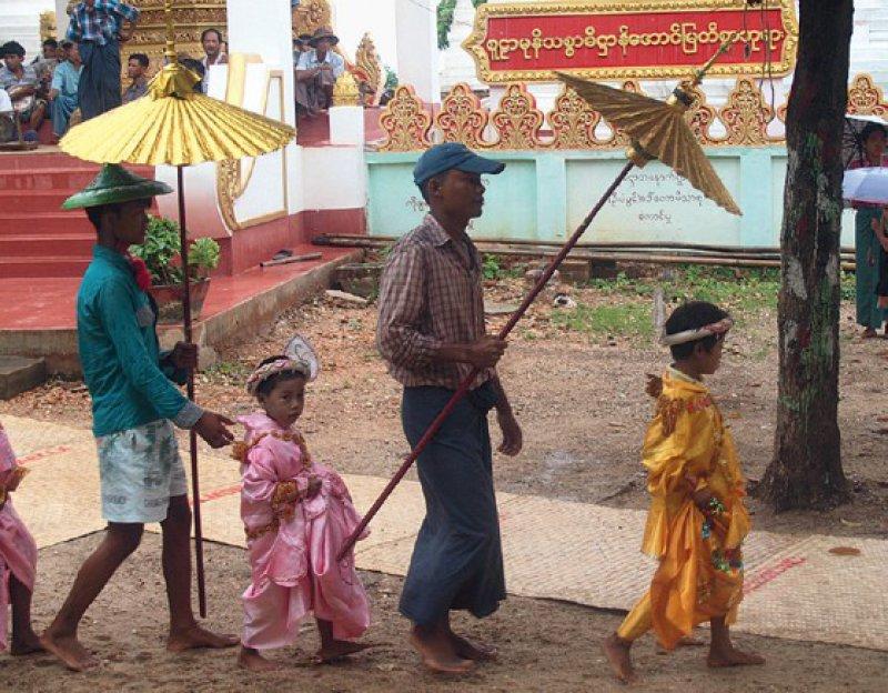 Eintritt in ein neues Leben: Die Jungen tauschen ihre Festroben gegen schlichte rostrote Mönchsgewänder