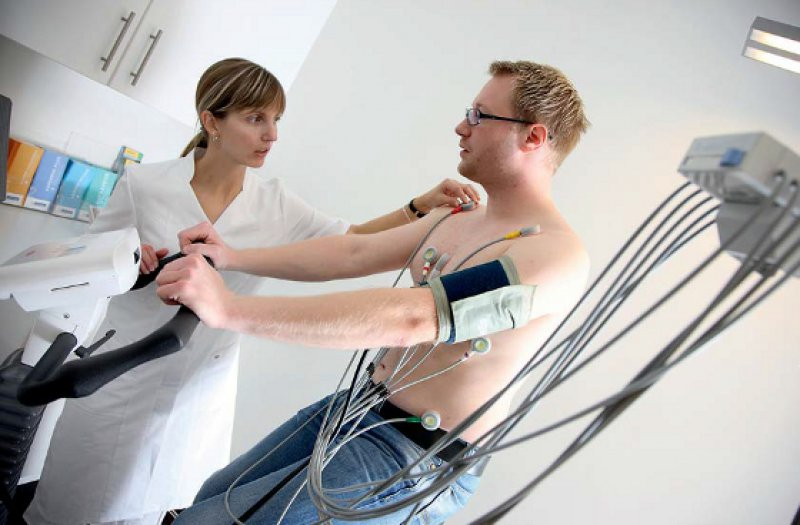 Unterstützende Maßnahmen der Diagnostik wie EKG und Blutabnahme zählen zu den delegationsfähigen Leistungen. Foto: mauritius images