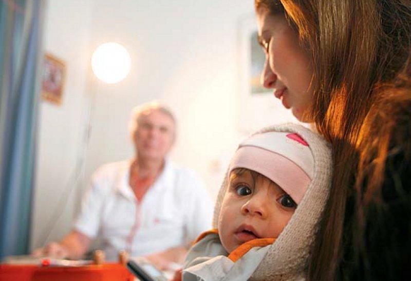 Einfacher zum Arzt: In Hamburg und Bremen können sich Flüchtlinge ohne Umweg über die Sozialbehörden in Behandlung begeben. Foto: dpa