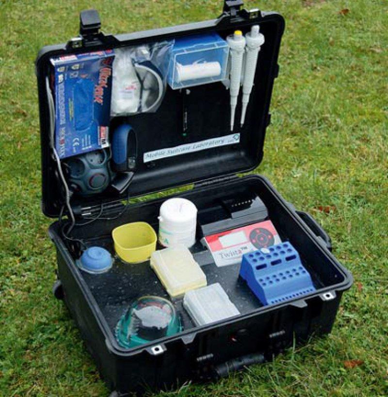 Transportables Labor: Der Koffer, entwickelt von Wissenschaftlern in Göttingen, ermöglicht Diagnosen in 15 Minuten. Foto: Karin Tilch, Deutsche Primatenzentrum