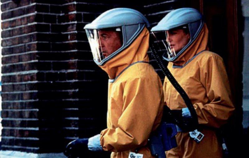 "Im Hollywood-Klassiker ""Outbreak"" (1995) bricht eine Ebola-Epidemie aus – Colonel Sam Daniels, M.D. (Dustin Hoffman, links), und Dr. Roberta ""Robby"" Keough (Rene Russo, rechts). Foto: picture alliance"