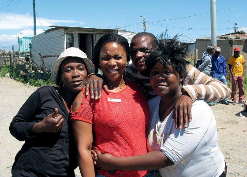 Ansetzen, wo das Problem am größten ist: Sozialarbeiterin Noxolo Mona (Mitte) vermittelt HIV-Prävention im Township. Fotos: Martina Lenzen-Schulte