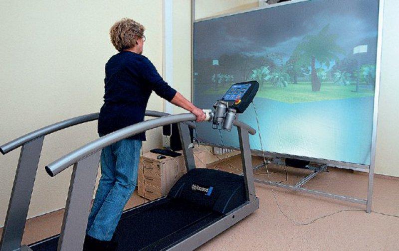 Nicht aus Spaß, sondern für die Forschung geht die 67-jährige Magdeburgerin Elfriede Jenke durch eine virtuelle Welt. Foto: www.schmelz-fotodesign.de