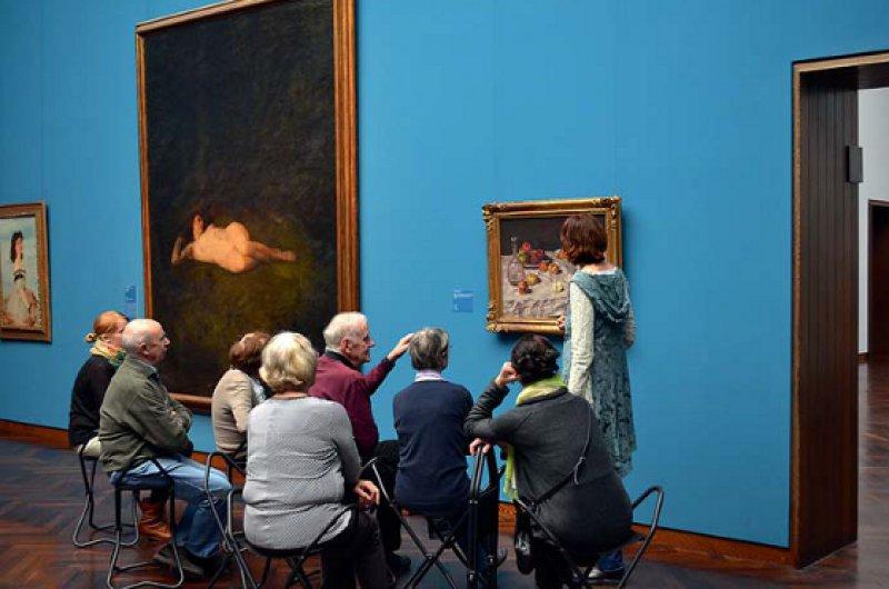 Neue Ansätze im Umgang mit Demenz: Kunstvermittler sprechen mit Artemis-Teilnehmern über Bilder und deren Wirkung. Foto: Arthur Schall, Goethe-Universität Frankfurt am Main