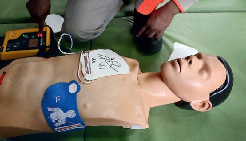 Auch für Laien geeignet: Für die Bedienung eines Defibrillators muss man kein Experte sein. Foto: picture alliance