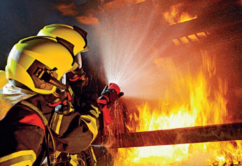Typische Dräger Produkte: Der Feuerwehrhelm HPS 7000 und Pressluftatmer...