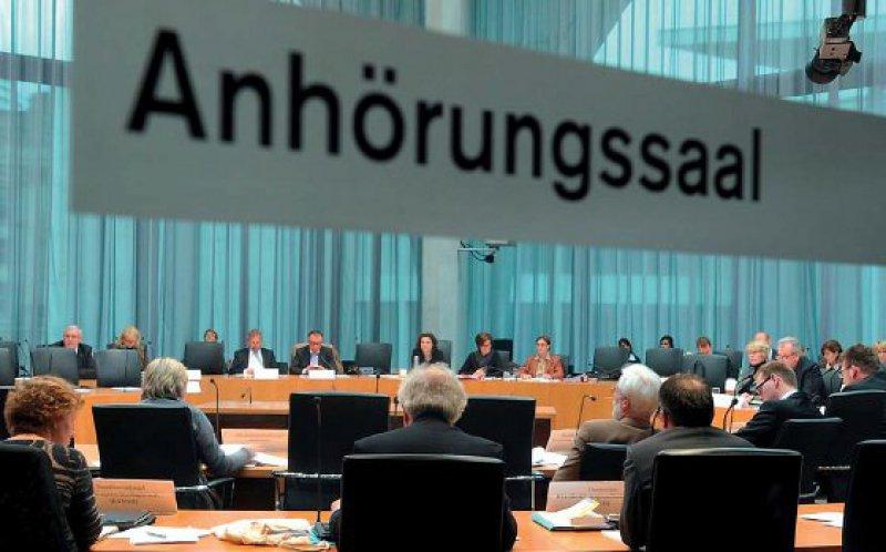 Die Sitzordnung war eine runde Sache, vieles im Gesetzentwurf ist es aus ärztlicher Sicht hingegen noch nicht, so der Eindruck bei der Anhörung zum Gesetzentwurf. Foto: Deutscher Bundestag/Lichtblick Achim Melde
