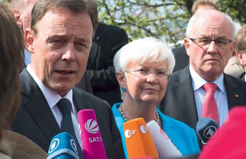 Versprachen Verbesserungen für Sterbenskranke: Fraktionsspitzen Thomas Oppermann (SPD), Gerda Hasselfeldt (CSU) und Volker Kauder (CDU). Foto: dpa