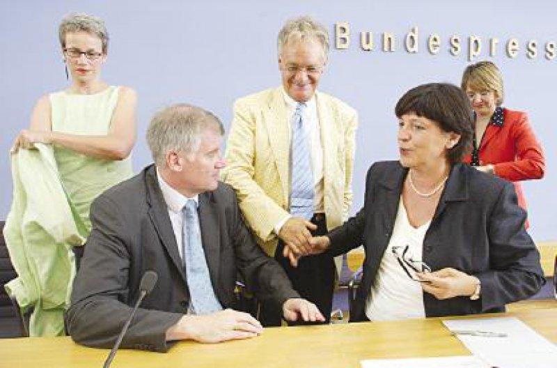 Entspannte Atmosphäre: Bundesgesundheitsministerin Ulla Schmidt (SPD) und der Unionsexperte Horst Seehofer (CSU) präsentierten den Kompromiss zur Gesundheitsreform. Foto: phalanx