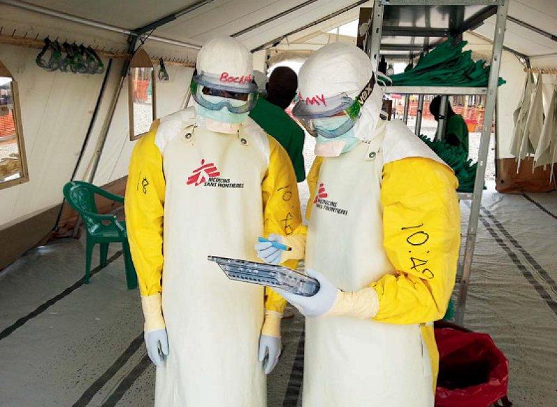 Unverzichtbarer Einsatz: Werden sämtliche Schutzmaßnahmen gewissenhaft angewendet, ist das Risiko der Helfer, sich mit Ebola zu infizieren, gering. Foto: Ivan Gayton MSF