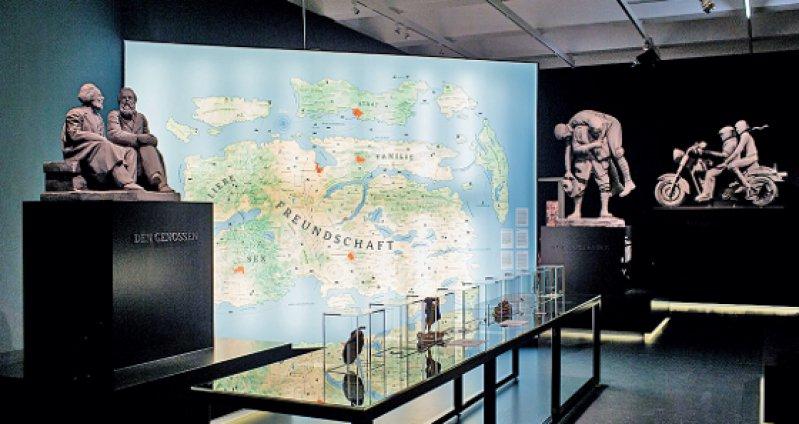 Auf rund 900 Quadratmetern Ausstellungsfläche fragt die Ausstellung historisch wie systematisch nach dem, was man als das soziale Band bezeichnen könnte. Foto: Oliver Killig