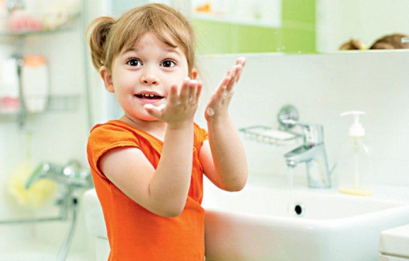 """Kinder zum Händewaschen zu motivieren ist oft eine Herausforderung. Der Film """"Agent Blitz Blank: Bösen VIBAs auf der Spur"""" und der Händewaschsong """"Hände nass"""" zeigen kindgerecht, wo überall Viren und Bakterien lauern. Foto: Oksana Kuzmina"""