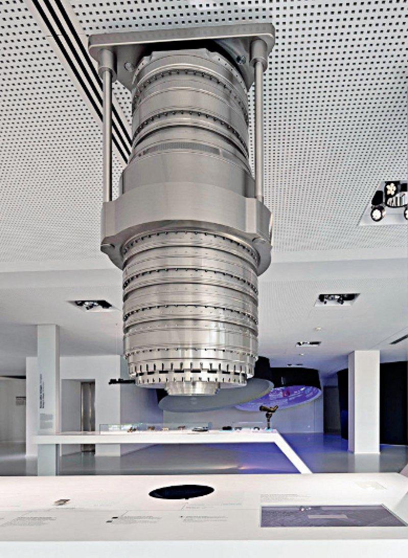 Modell eines Lithographie- Objektivs für die Herstellung von Mikrochips: Damit werden mit Laserlicht Strukturen für die Leiterbahnen auf den Rohling aufgebracht. Foto: ZEISS