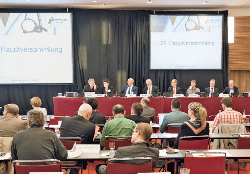 Konzentriert bei der Arbeit: Bei ihrer Tagung in Frankfurt berieten und entschieden die Delegierten über mehr als 40 Anträge, unter anderem zur Vorbereitung des Deutschen Ärztetages. Fotos: Lajos Jardai