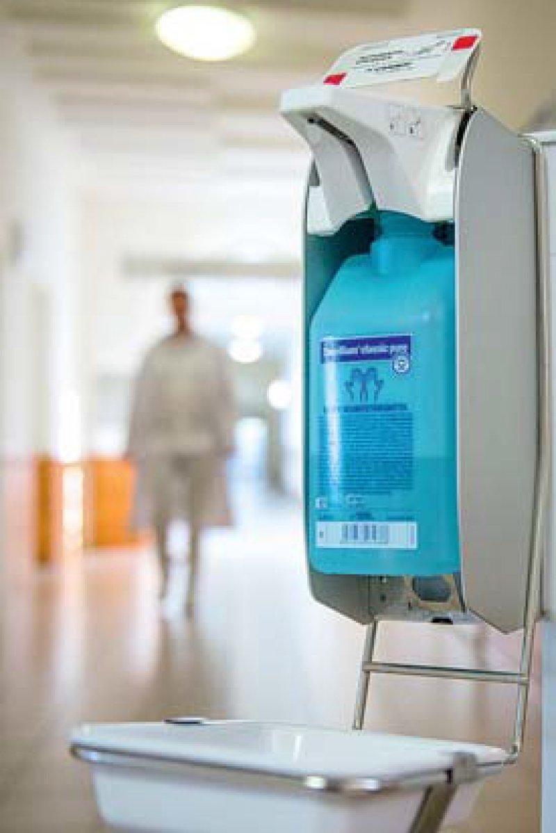 Wer Hygiene im Krankenhaus verbessern will, muss für mehr Lehrstühle in diesem Bereich sorgen, befand der 118. Deutsche Ärztetag. Foto: dpa