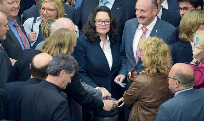 Die Arbeitsministerin hat sich durchgesetzt: Andrea Nahles am 22. Mai bei der Stimmabgabe im Bundestag. Foto: dpa