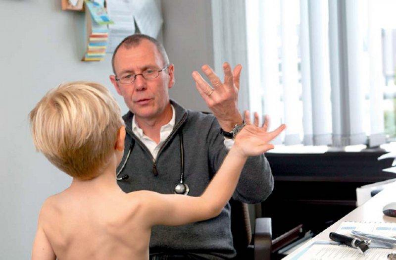 Bereits sehr frühzeitig, etwa bei der Einschulungsuntersuchung, sollten die speziellen Bedürfnisse chronisch kranker Kinder ermittelt werden. Foto: picture alliance