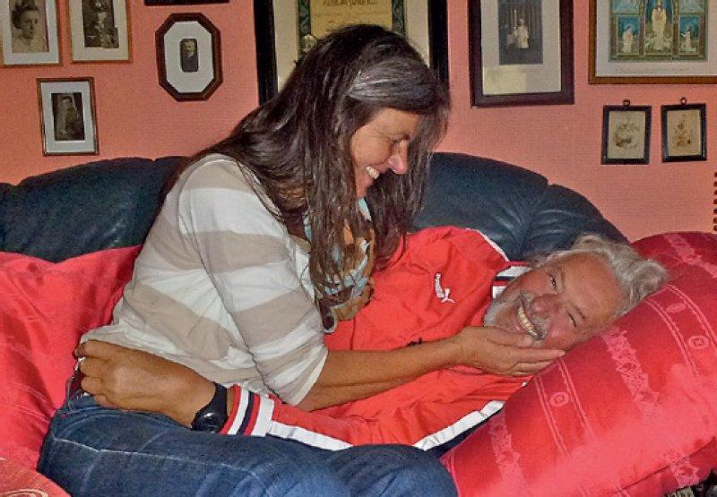 Für den krebskranken Carli hat seine Frau ein Lager mit roter Bettwäsche bereitet.
