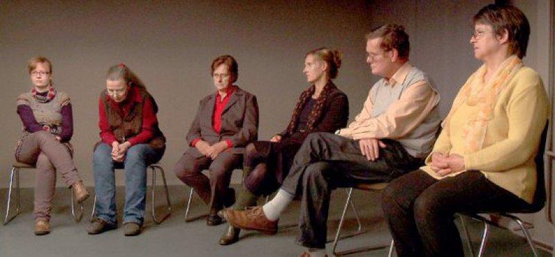 Der Film folgt der Methode des Trialogs: Betroffene, Angehörige und Fachkräfte kommen in dem Stuhlkreis zu Wort. Foto: credofilm